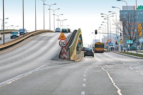 Widoczne rozwidlenie odwołuje wcześniejsze ograniczenie. Dlatego przed wiaduktem powtórzono znak ograniczenia, który dotyczy tylko jezdni na wiadukcie. /Motor