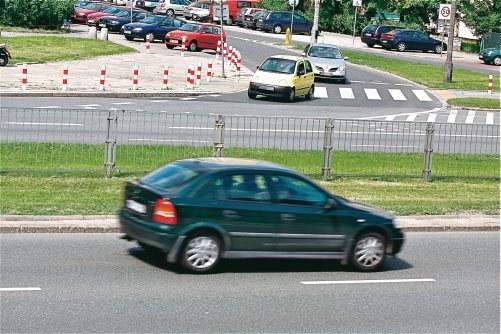 Widoczne z lewej strony skrzyżowanie nie odwołuje ewentualnych ograniczeń prędkości dla aut jadących w przeciwnym kierunku. /Motor