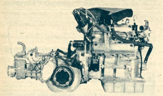 Widok kompletnego zespołu napędowego, w którym silnik Maserati V 6 2,7 l, o dwóch wałkach rozrządczych w każdej głowicy, połączony jest z synchronizowaną skrzynią i przekładnią główną. Na końcu skrzyni widać regulator uzależniający udział wspomagania do szybkości pojazdu.