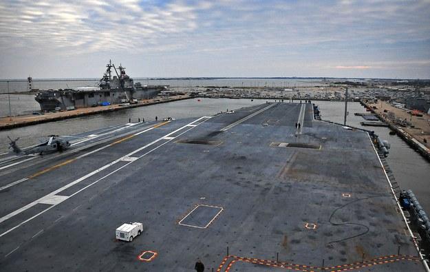 Widok na pokład startowy lotniskowca typu Nimitz z mostka /Getty Images/Flash Press Media