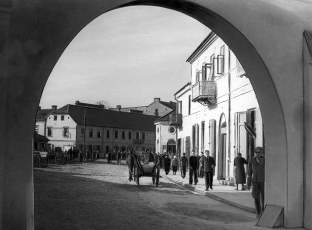 Widok na radomskie getto przez bramę wjazdową /Z archiwum Narodowego Archiwum Cyfrowego