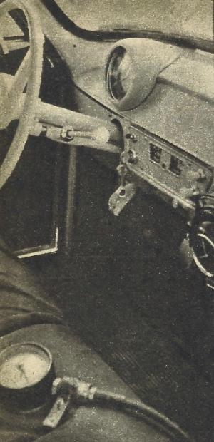 Widok na tablicę przyrządów. Z prawej strony tachograf, dodatkowy przyrząd stosowany w czasie badań. /Motor