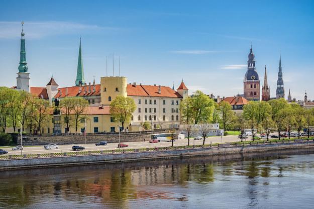 Widok na zamek i stare miasto w Rydze /123/RF PICSEL