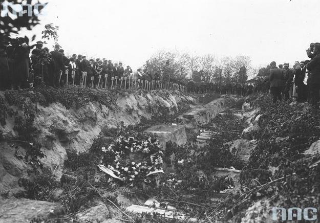 Widok ogólny mogiły zbiorowej ofiar przewrotu majowego /Z archiwum Narodowego Archiwum Cyfrowego