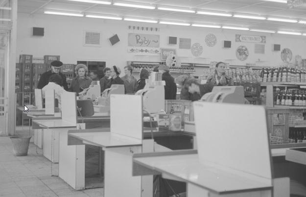 """Widok ogólny wnętrza sklepu """"Sam Bielański"""" Warszawskiej Spółdzielni Spożywców """"Społem"""" /Z archiwum Narodowego Archiwum Cyfrowego"""