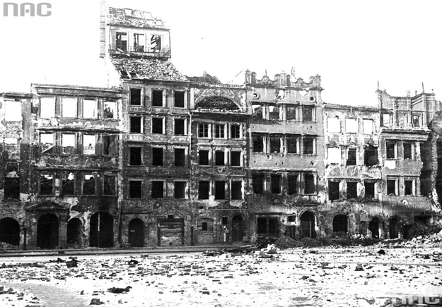 Widok ulic Warszawy w 1945 roku. Zrujnowane budynki na Rynku Starego Miasta. Widoczna Strona Dekerta /Z archiwum Narodowego Archiwum Cyfrowego