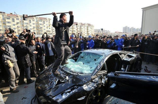 Widowiskowe niszczenie Lamborghini /AFP