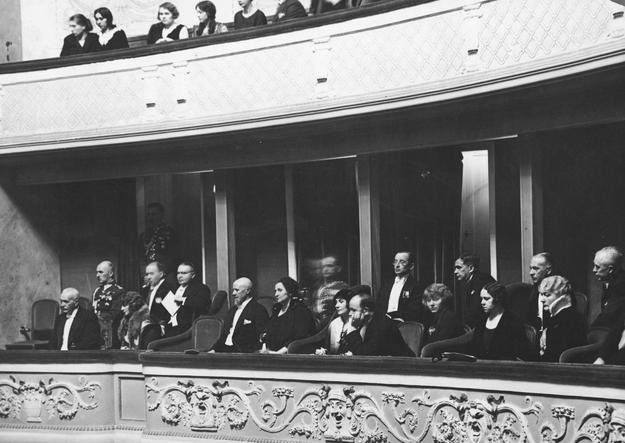 """Widownia Teatru Polskiego podczas przedstawienia """"Virtuti militari"""". W loży pierwszy z lewej prezydent RP Ignacy Mościcki /Z archiwum Narodowego Archiwum Cyfrowego"""
