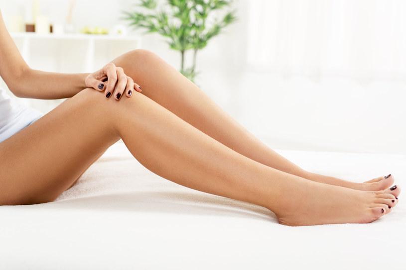 Wieczorem przygotujmy stopom kąpiel, która zregeneruje naskórek i zapobiegnie infekcjom /123RF/PICSEL