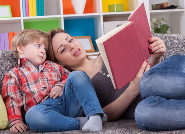 Wieczorna lektura wspiera rozwój intelektualny dziecka i pobudza jego wyobraźnię. /©123RF/PICSEL