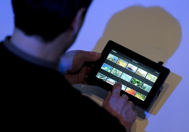 Wieczorne korzystanie z tabletu może utrudnić zasypianie /AFP