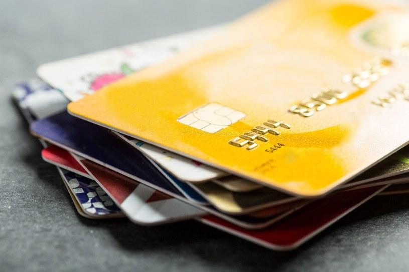Większość klientów w pierwszej kolejności pyta o opłaty za korzystanie z karty i samo jej wydanie /123RF/PICSEL