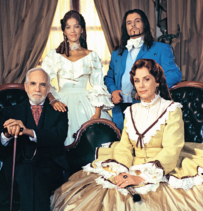 """Większość strojów w """"Prawdziwej miłości"""" została uszyta niedługo przed rozpoczęciem zdjęć. Jednak Estrada skorzystała też z kostiumów z wcześniejszych telenowel Televisy. /Świat Seriali"""