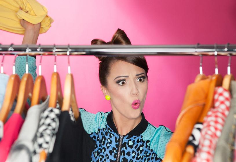 Większość ubrań w szafie to relikty nieudanych albo nieprzemyślanych zakupów /123RF/PICSEL