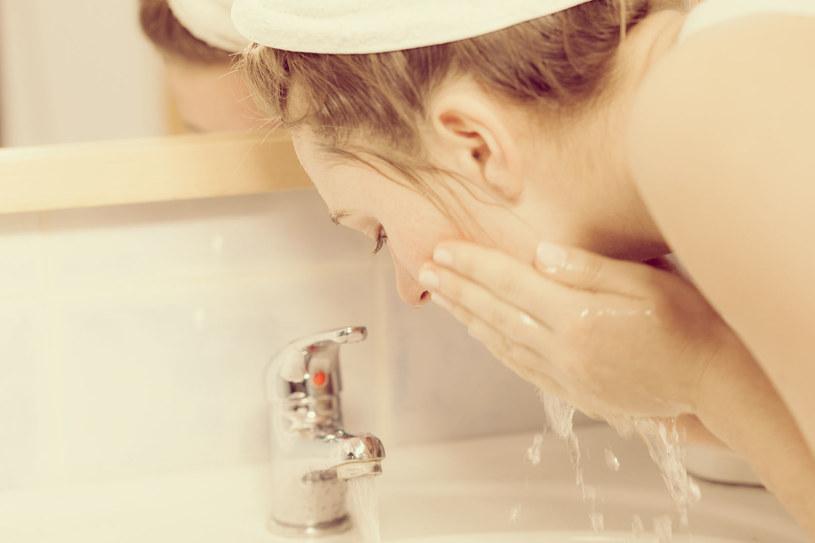 Większość z nas myje twarz wodą, a to błąd /123RF/PICSEL