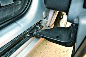 Wiele egzemplarzy ma problemy z prowadnicami drzwi. Zacinają się, a lakier pod nimi jest porysowany. /Citroen