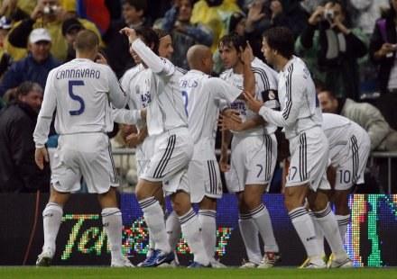 Wielka radość po golu Raula. Real-Barcelona 2:0 /AFP