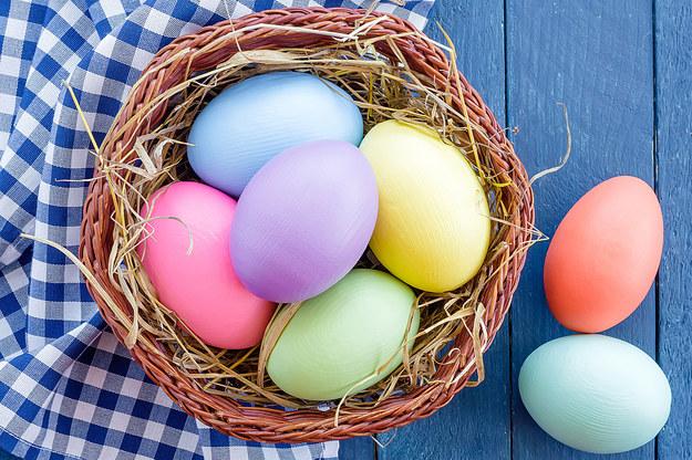 Wielkanocne jaja można zabarwić w prosty, tani i naturalny sposób /©123RF/PICSEL