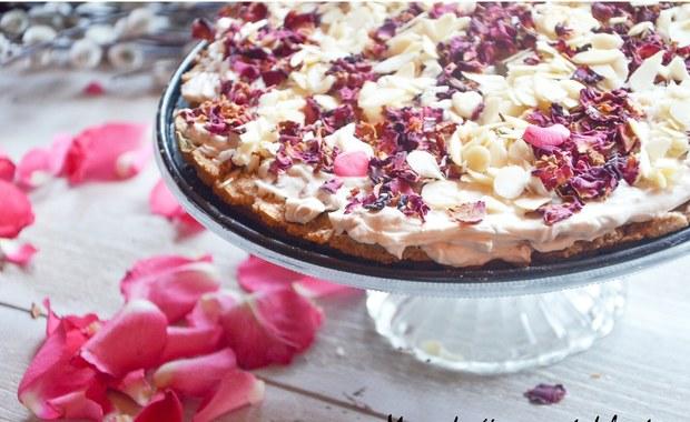 Wielkanocne przepisy: Mazurek różany z płatkami migdałów