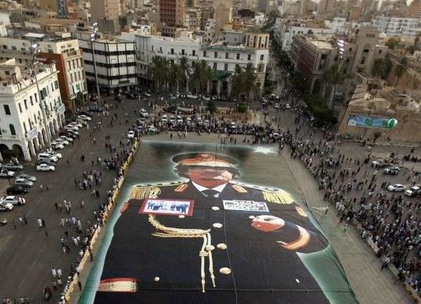 Wielki portret Kadafiego rozpostarty w Trypolisie przed rewolucją /AFP