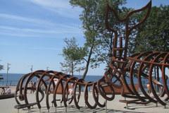 Wielkie modele wielorybich szkieletów stanęły na plaży w Rewalu