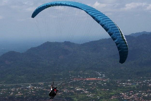 Wielkopolska: Poważny wypadek skoczka spadochronowego