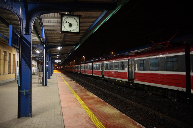 Wielogodzinne opóźnienia spowodowane są oblodzeniem trakcji kolejowej. /Tomasz Wojtasik /PAP