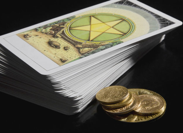 Wielu ludzi boi się nie tyle samych kart, co wróżb zabobonnych /©123RF/PICSEL