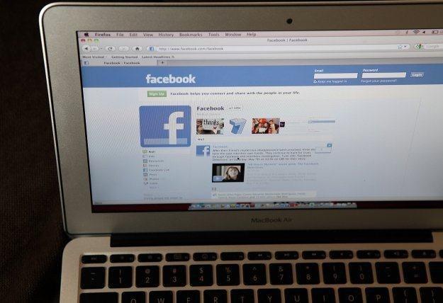 Wielu użytkowników Facebooka pada ofiarą cyberprzestępczych praktyk /AFP