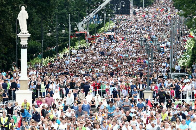 Wierni na jasnogórskich błoniach w trakcie mszy św. z udziałem papieża Franciszka /Leszek Szymański /PAP