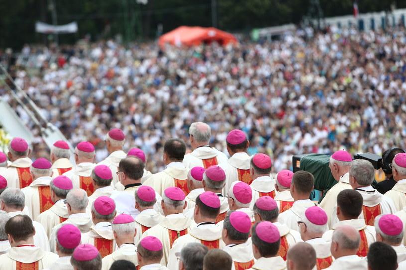 Wierni na jasnogórskich błoniach w trakcie mszy św /Leszek Szymański /PAP