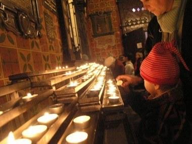 Wierni palą świeczki w kościele Mariackim /INTERIA.PL