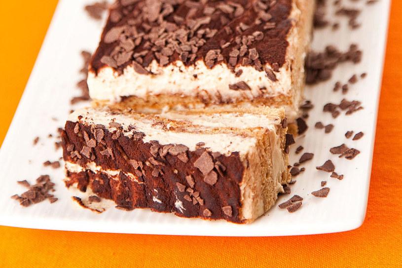 Wierzch ciasta warto posypać czekoladą lub kakao /©123RF/PICSEL