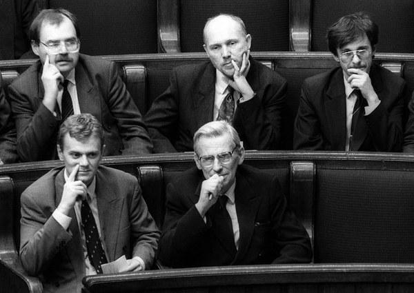 Pierwsze posiedzenie sejmu pierwszej kadencji (25 listopada 1991). Donald Tusk, wówczas poseł Kongresu Liberalno Demokratycznego (pierwszy rząd z lewej) obok niego prof. Wieslaw Chrzanowski/fot. Krzysztof Wójcik