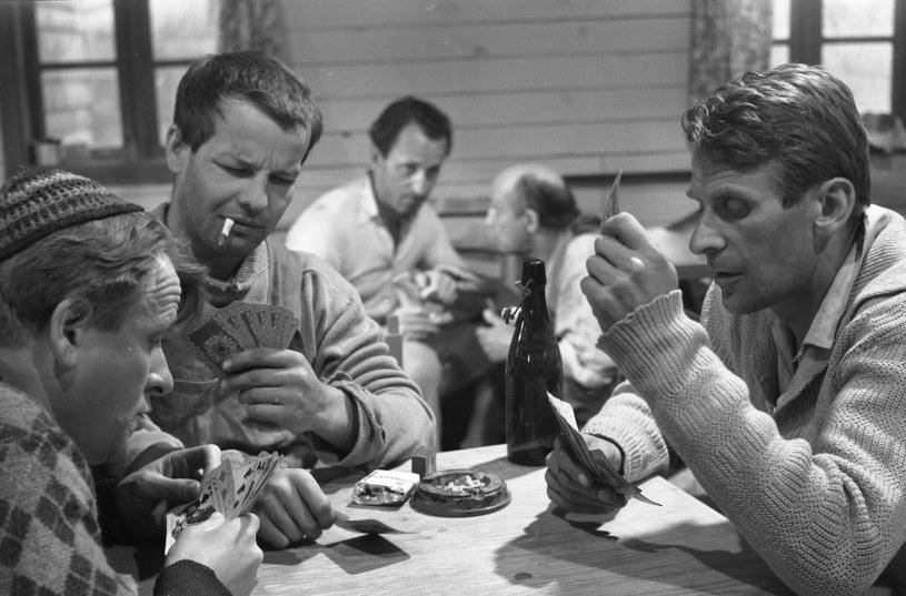 """Wiesław Dymny (drugi z lewej) w filmie """"Chudy i inni"""" (1966) /East News/POLFILM"""