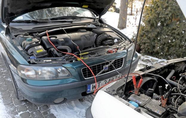 Wiesz, jak podłączyć przewody? / Fot: Jan Bielecki /East News