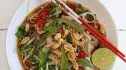 Wietnamska zupa ze śliwkami kalifornijskimi, imbirem i cebulą dymką