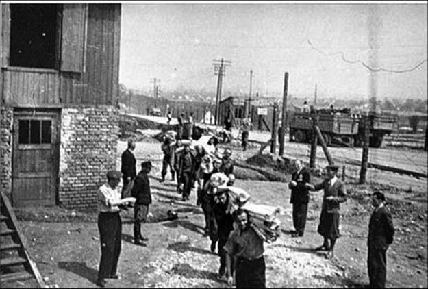 Więźniowie KL Płaszów przy pracy (1944 r.) /IPN