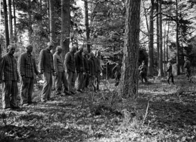 Więźniowie obozu w Buchenwaldzie oczekujący na egzekucję. /Odkrywca