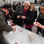 """""""Wigilia z konstytucją""""przed Pałacem Prezydenckim"""