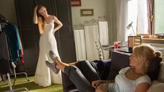 Wiki kupi w końcu suknię ślubną, którą Agata od razu każe jej przymierzyć.  Woźnicka, zerkając na przyjaciółkę, tylko cicho westchnie: - Za tydzień bierzesz ślub… A ja już za tobą tęsknię!