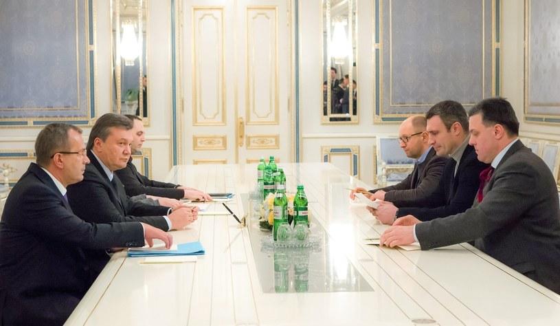 Wiktor Janukowycz podczas spotkania z liderami opozycji /PAP/EPA