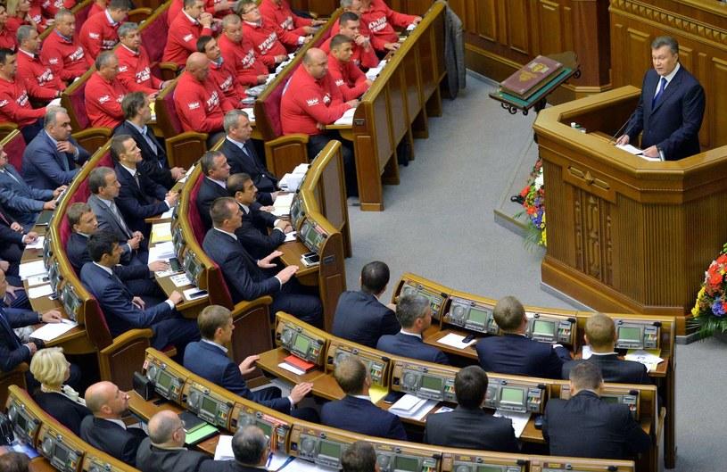 Wiktor Janukowycz przemawia w ukraińskim parlamencie /AFP