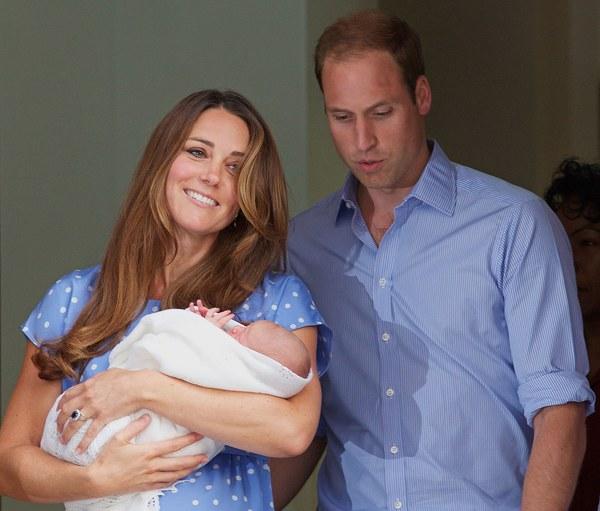 Kate i William ze swoim dzieckiem przed szpitalem