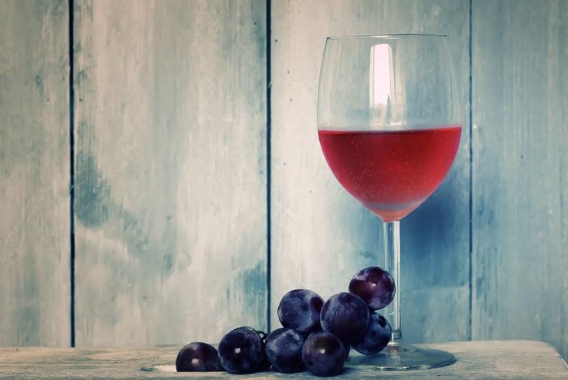 Wina różowe świetnie komponują się z cebulą i czosnkiem /123RF/PICSEL