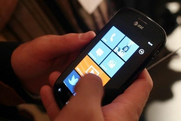 Windows Phone 7 - bardzo udany debiut systemu, który bardziej przypomina iPhone OS niż Androida /AFP