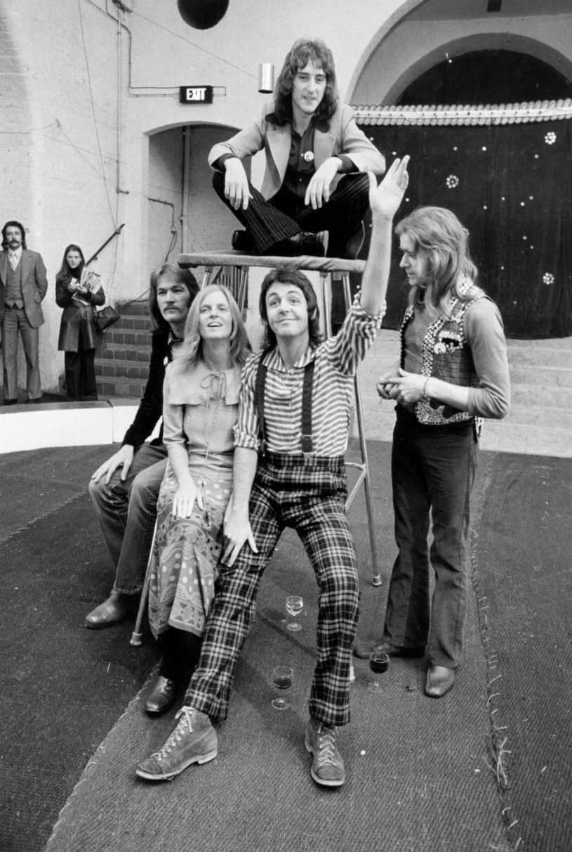 Wings w 1972 r. Henry McCullough z lewej obok Lindy McCartney /Evening Standard /Getty Images