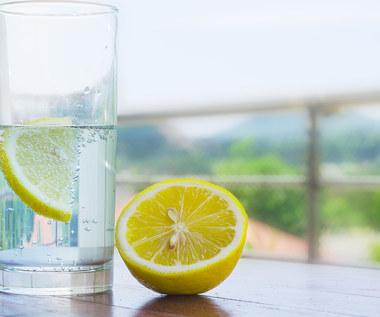 Wiosenny detoks? Woda z cytryną i warzywa sezonowe