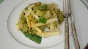 Wiosenny garnczek warzyw: szparagi, bob, dymka