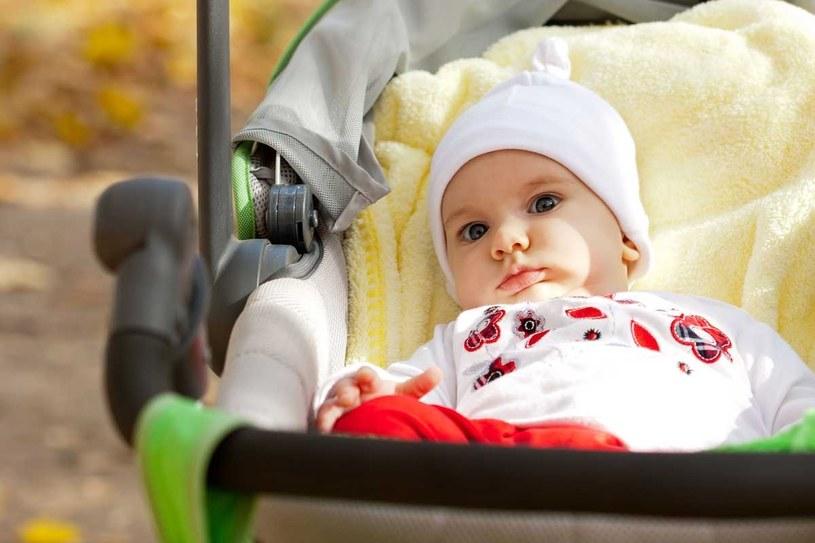 Wiosenny spacer z niemowlakiem /©123RF/PICSEL